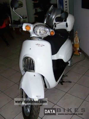 2011 Daelim  Besbi including 125 top case Motorcycle Scooter photo