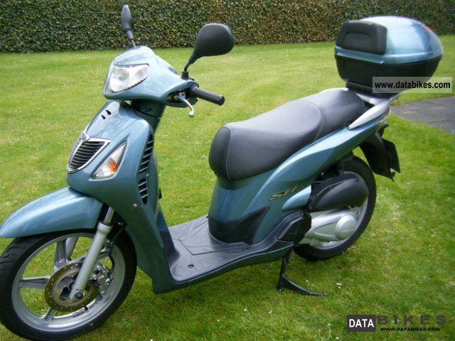2004 Honda  HS 125 Motorcycle Scooter photo