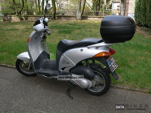 2001 Honda  125 Motorcycle Scooter photo