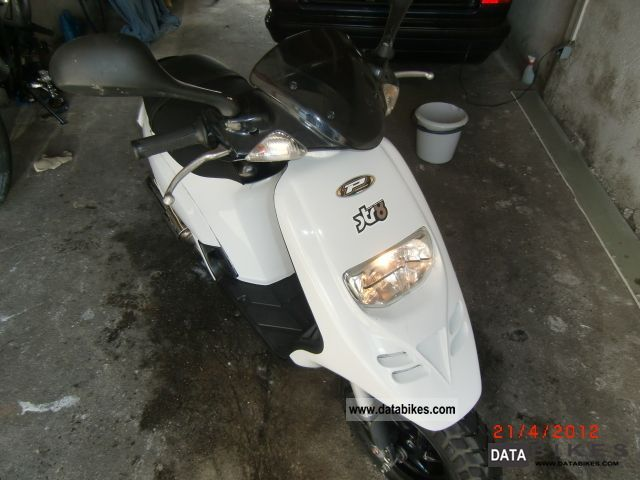 2010 Piaggio  TPH 50 Motorcycle Motor-assisted Bicycle/Small Moped photo