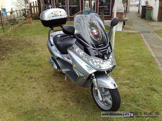 2004 Piaggio  X8 125 Motorcycle Scooter photo