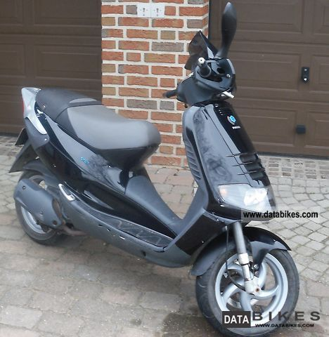 2001 Piaggio  Skipper ST125 Motorcycle Scooter photo