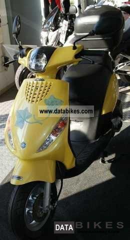 2011 Vespa  Zip 50 4T Motorcycle Scooter photo