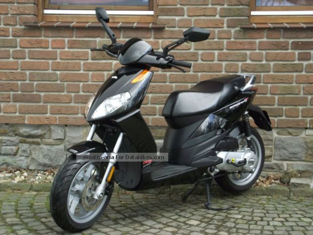 2010 Aprilia  Sport City 50 Motorcycle Scooter photo